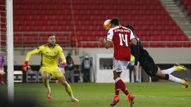 Arsenal's Pierre-Emerick Aubameyang centre, scores his sides third goal during the Europa League round of 32, second leg, soccer match between Arsenal and Benfica at Georgios Karaiskakis stadium, in Piraeus port, near Athens, Thursday, Feb. 25, 2021. (AP Photo/Thanassis Stavrakis)