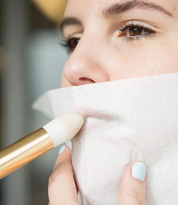 Gunakan tisu dan lipstik untuk warna alami dan tahan lama