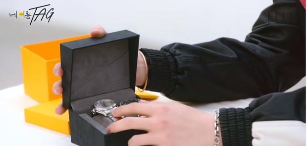 Jam tangan milik Yugyeom hadiah dari Jackson dan Bambam 'GOT7'.