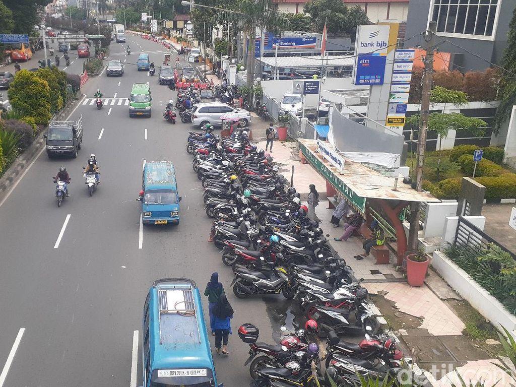 Dishub Pastikan Penghalang JPO Kantor Walkot Depok Adalah Parkir Liar