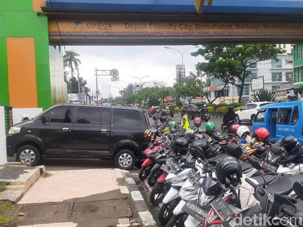 Deretan Parkir Masih Halangi Akses Masuk JPO Depan Kantor Walkot Depok