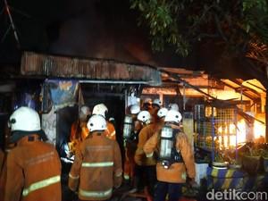 Rumah di Surabaya Terbakar, 2 Orang Terjebak