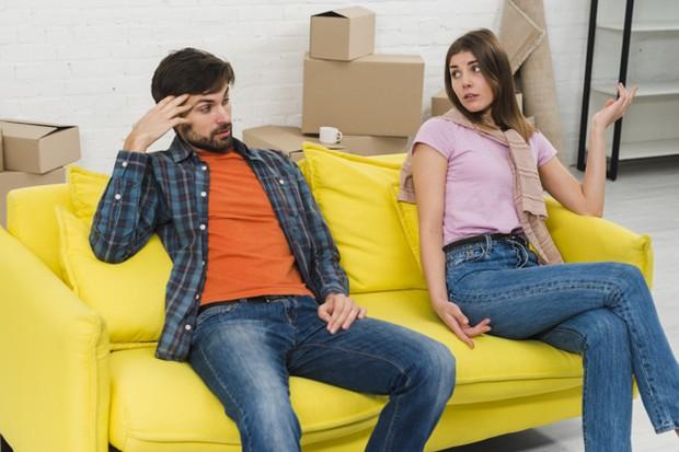 Selain foto dan pesan, jika kamu selalu menemukan beberapa barang seperti pakaian yang tertinggal di lemari dan itu milik mantan pasangan kamu, ini adalah sesuatu yang harus didiskusikan dengan pasangan kamu.