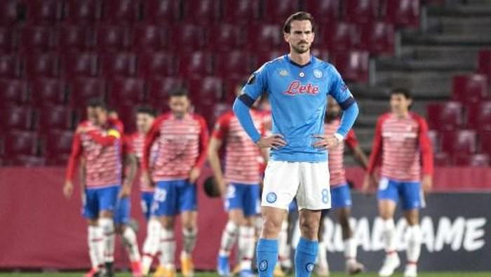Napolis Spanish midfielder Fabian Ruiz reacts to Granadas second goal during the UEFA Europa League round of 32 first leg football match between Granada FC and Napoli at Nuevo Los Carmenes stadium in Granada on February 18, 2021. (Photo by JORGE GUERRERO / AFP)