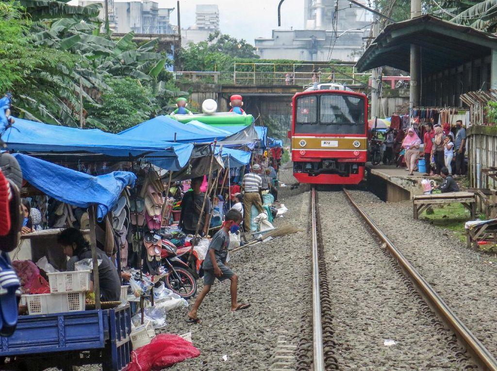 Bukan di Thailand, Pasar Mepet Rel Kereta Juga Ada di Indonesia