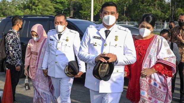 Wali Kota Medan terpilih Muhammad Bobby Afif Nasution (kedua kanan) didampingi istri Kahiyang Ayu (kanan) bersama Wakil Wali Kota Medan terpilih Aulia Rachman (ketiga kiri) didampingi istri Shaula Ardianty (kedua kiri) bersiap mengikuti pelantikan di Medan, Sumatera Utara, Jumat (26/2/2021). Muhammad Bobby Afif Nasution-Aulia Rachman dilantik menjadi Wali Kota-Wakil Wali Kota Medan periode 2021-2025. ANTARA FOTO/Irsan Mulyadi/Lmo/rwa.