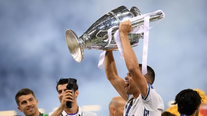 CARDIFF, WALES - JUNE 03:  Pepe of Real Madrid celebrates with The Champions League trophy during the UEFA Champions League Final between Juventus and Real Madrid at National Stadium of Wales on June 3, 2017 in Cardiff, Wales.  (Photo by Matthias Hangst/Getty Images)