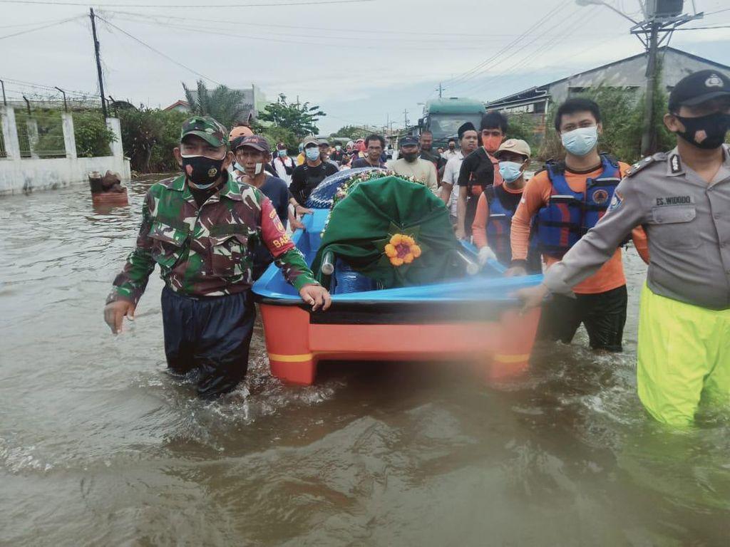 Momen Jenazah Dibawa Pakai Perahu Terobos Banjir di Semarang