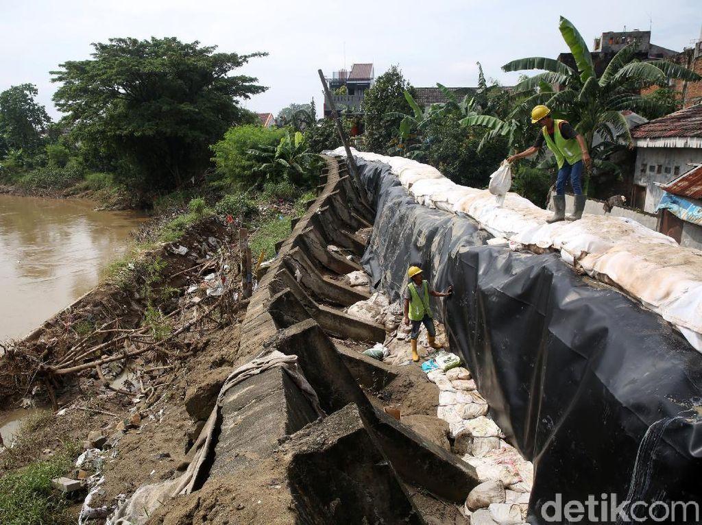 Perbaikan Tanggul Jebol di Kali Bekasi