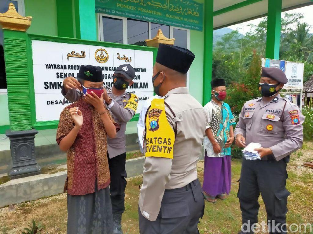Libatkan Santri Putus COVID-19, Polisi Pacitan Bagi Masker ke Puluhan Ponpes