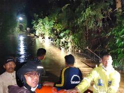 Terendam Banjir 2 Meter, Warga Probolinggo Dievakuasi dengan Perahu Karet