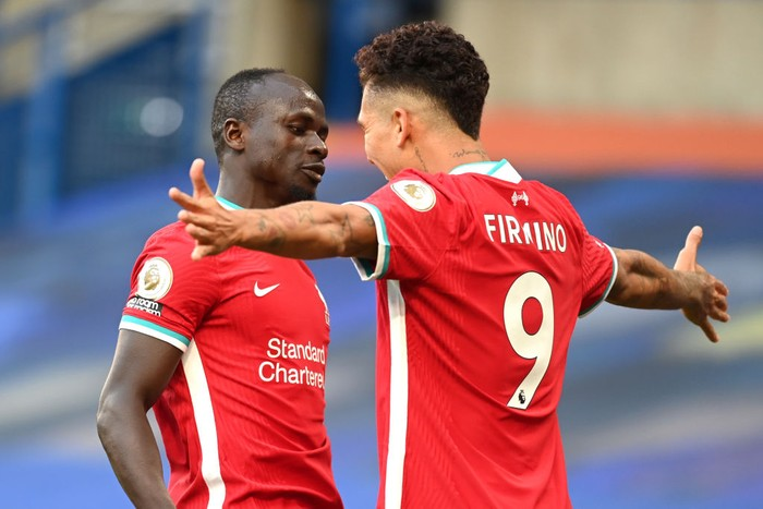 LONDON, ENGLAND - SEPTEMBER 20: Sadio Mane of Liverpool celebrates with Roberto Firminho after scoring his teams first goal during the Premier League match between Chelsea and Liverpool at Stamford Bridge on September 20, 2020 in London, England. (Photo by Michael Regan/Getty Images)
