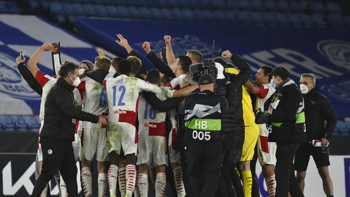 Slavia Prague players celebrate end of the Europa League round of 32 soccer match between Leicester City and Slavia Prague at the King Power Stadium in Leicester, England, Thursday, Feb 25, 2021. Slavia Prague won 2-0. (AP Photo/Rui Vieira)