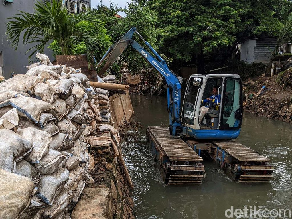 Solusi Sementara Banjir Mampang, Tanggul Karung Pasir