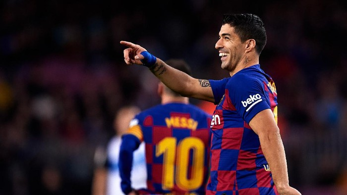 BARCELONA, SPAIN - DECEMBER 21: Luis Suarez of FC Barcelona celebrates scoring his teams fourth goal with a penalty kick during the La Liga match between FC Barcelona and Deportivo Alaves at Camp Nou on December 21, 2019 in Barcelona, Spain. (Photo by Alex Caparros/Getty Images)