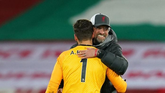 LIVERPOOL, ENGLAND - NOVEMBER 22: Jurgen Klopp, Manager of Liverpool and Alisson Becker of Liverpool celebrate following their sides victory in the Premier League match between Liverpool and Leicester City at Anfield on November 22, 2020 in Liverpool, England. Sporting stadiums around the UK remain under strict restrictions due to the Coronavirus Pandemic as Government social distancing laws prohibit fans inside venues resulting in games being played behind closed doors. (Photo by Jon Super - Pool/Getty Images)