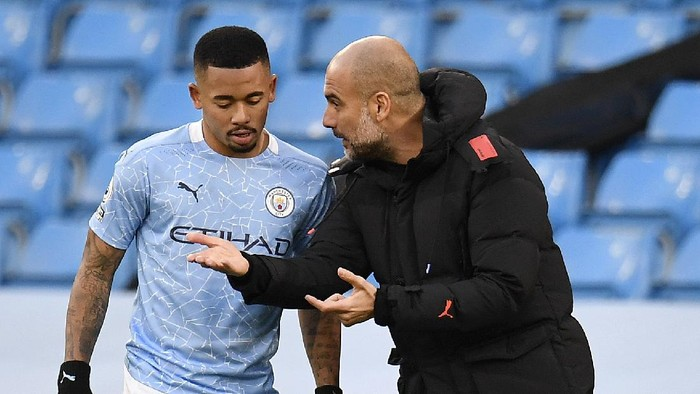 MANCHESTER, ENGLAND - DECEMBER 05: Pep Guardiola, Manager of Manchester City talks to Gabriel Jesus of Manchester City during the Premier League match between Manchester City and Fulham at Etihad Stadium on December 05, 2020 in Manchester, England. The match will be played without fans, behind closed doors as a Covid-19 precaution. (Photo by Peter Powell - Pool/Getty Images)