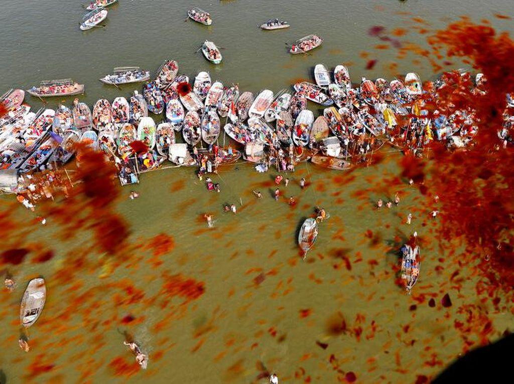 Hujan Kelopak Bunga di Sungai Gangga India