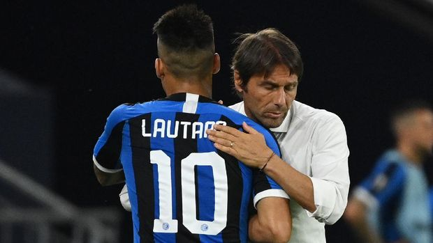 GELSENKIRCHEN, GERMANY - AUGUST 05:  Antonio Conte, Manager of Inter Milan embraces Lautaro Martínez of Inter Milan as he is substituted during the UEFA Europa League round of 16 single-leg match between FC Internazionale and Getafe CF at Arena AufSchalke on August 05, 2020 in Gelsenkirchen, Germany.  (Photo by ina Fassbender/Pool via Getty Images)