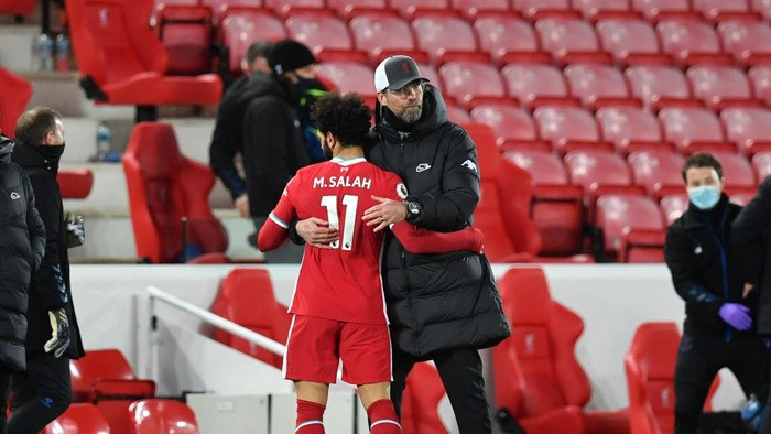 LIVERPOOL, ENGLAND - FEBRUARY 20: Jurgen Klopp, Manager of Liverpool consoles Mohamed Salah of Liverpool following their teams defeat in the Premier League match between Liverpool and Everton at Anfield on February 20, 2021 in Liverpool, England. Sporting stadiums around the UK remain under strict restrictions due to the Coronavirus Pandemic as Government social distancing laws prohibit fans inside venues resulting in games being played behind closed doors. (Photo by Paul Ellis - Pool/Getty Images)
