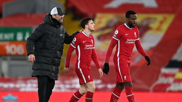 LIVERPOOL, ENGLAND - FEBRUARY 20: Jurgen Klopp, Manager of Liverpool consoles Andrew Robertson, and Divock Origi of Liverpool following their team's defeat in the Premier League match between Liverpool and Everton at Anfield on February 20, 2021 in Liverpool, England. Sporting stadiums around the UK remain under strict restrictions due to the Coronavirus Pandemic as Government social distancing laws prohibit fans inside venues resulting in games being played behind closed doors. (Photo by Laurence Griffiths/Getty Images)