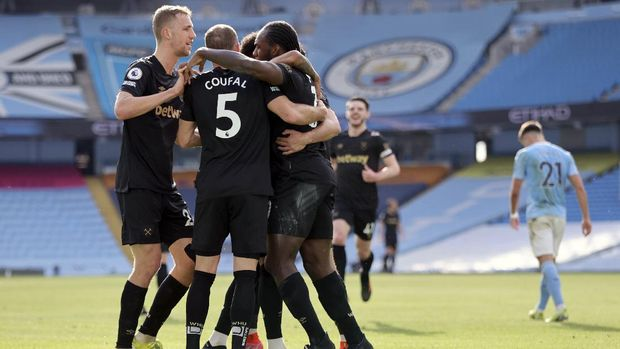 West Ham's Michail Antonio, right, celebrates with teammates after scoring his side's opening goal during the English Premier League soccer match between Manchester City and West Ham United at the Etihad stadium in Manchester, England, Saturday, Feb. 27, 2021. (Clive Brunskill/Pool via AP)