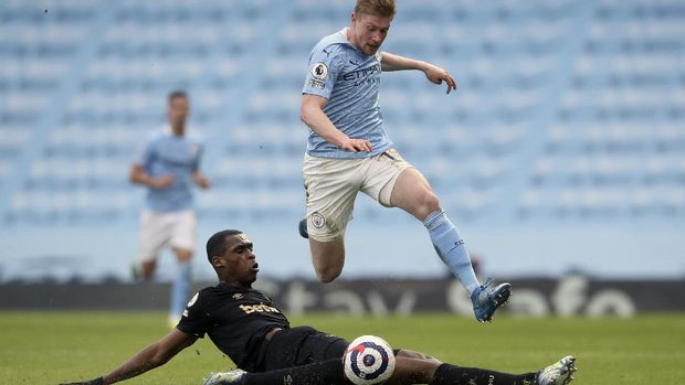 Manchester City's Kevin De Bruyne, top, duels for the ball with West Ham's Issa Diop during the English Premier League soccer match between Manchester City and West Ham United at the Etihad stadium in Manchester, England, Saturday, Feb. 27, 2021. (Martin Rickett/Pool via AP)
