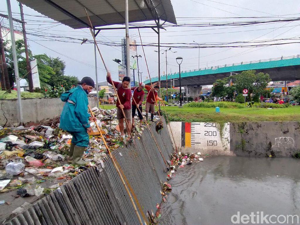 Cerita Satgas Kebersihan Harus Berjibaku dengan Waktu Saat Hujan Guyur Surabaya