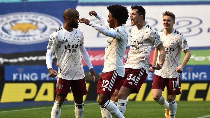 LEICESTER, ENGLAND - FEBRUARY 28: (L-R) Alexandre Lacazette of Arsenal celebrates with teammates Willian, GranitXhaka and Martin Oedegaard after scoring their teams second goal during the Premier League match between Leicester City and Arsenal at The King Power Stadium on February 28, 2021 in Leicester, England. Sporting stadiums around the UK remain under strict restrictions due to the Coronavirus Pandemic as Government social distancing laws prohibit fans inside venues resulting in games being played behind closed doors. (Photo by Rui Vieira - Pool/Getty Images)