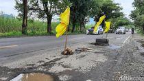 Jalan Pantura Situbondo Berlubang Sering Sebabkan Pengendara Motor Jatuh