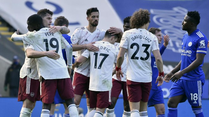 Arsenal players celebrate at the end of the English Premier League soccer match between Leicester City and Arsenal at the King Power Stadium in Leicester, England, Sunday, Feb. 28, 2021. (AP Photo/Rui Vieira,Pool)