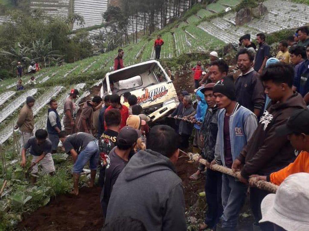 Truk Tangki Terguling ke Ladang Sedalam 50 meter di Karanganyar
