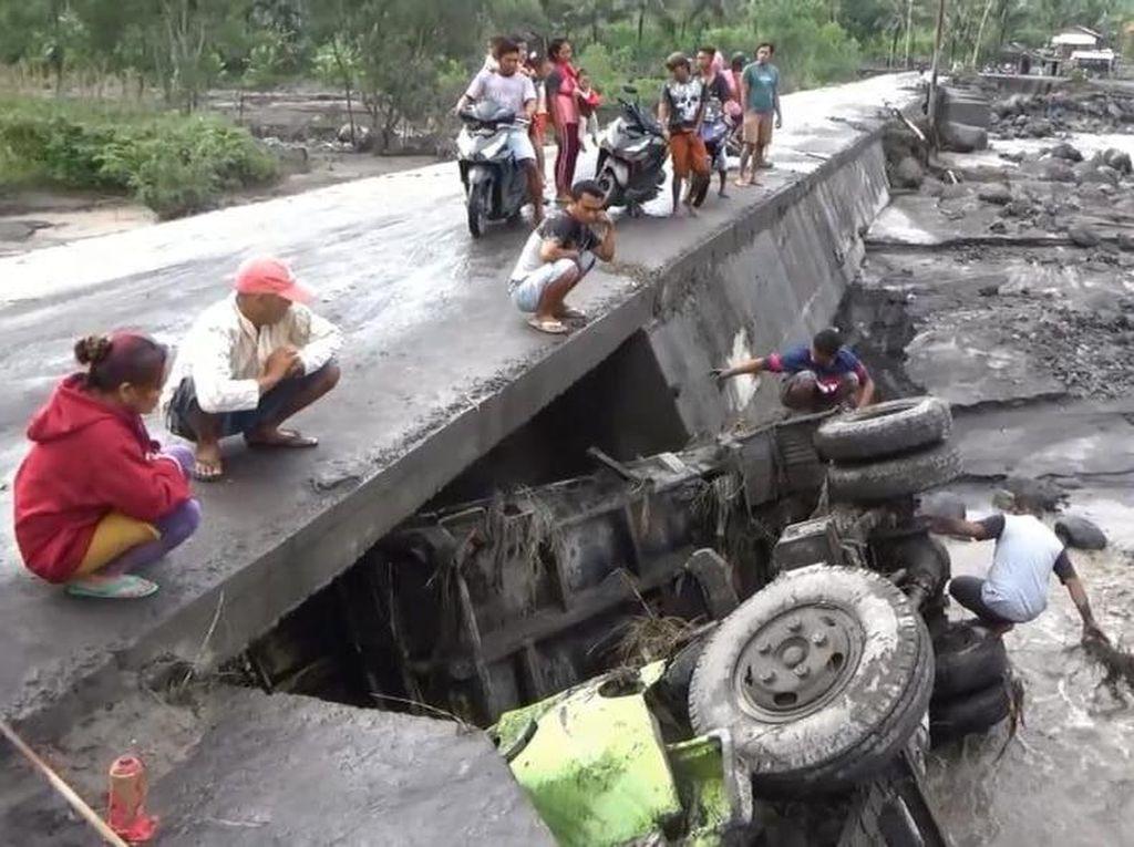 Jembatan di Lumajang Ambruk Diterjang Banjir Lahar Gunung Semeru