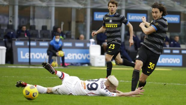 Inter Milan's Matteo Darmian scores his side's second goal during a Serie A soccer match between Inter Milan and Genoa at the San Siro stadium in Milan, Italy, Sunday, Feb. 28, 2021. (AP Photo/Luca Bruno)