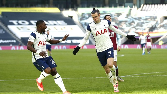 LONDON, ENGLAND - FEBRUARY 28: Gareth Bale of Tottenham Hotspur celebrates after scoring their sides fourth goal with team mate Serge Aurier during the Premier League match between Tottenham Hotspur and Burnley at Tottenham Hotspur Stadium on February 28, 2021 in London, England. Sporting stadiums around the UK remain under strict restrictions due to the Coronavirus Pandemic as Government social distancing laws prohibit fans inside venues resulting in games being played behind closed doors. (Photo by Matthew Childs - Pool/Getty Images)