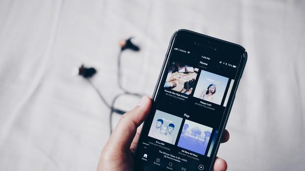 dengan mendengarkan musik, kamu dapat merasakan apa  yang seharusnya kamu rasakan.