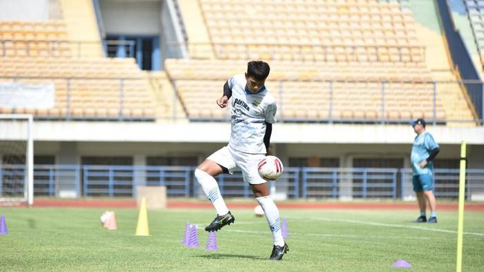 Pemain Persib Bandung, Achmad Jufriyanto, menjalani latihan.