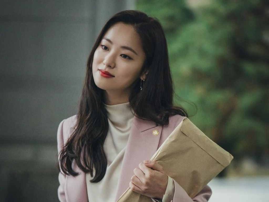 Foto: 10 Inspirasi Office Look ala Jeon Yeo Bin di Vincenzo