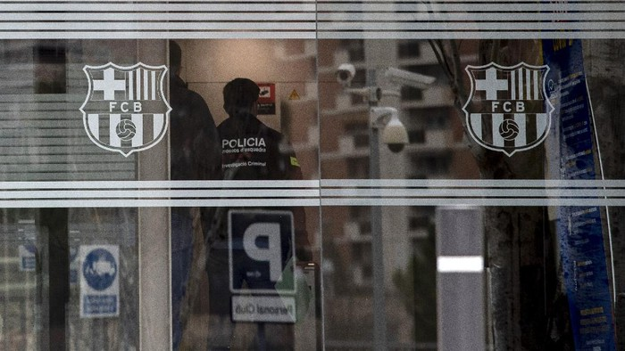 Catalan police enter FC Barcelonas offices in Barcelona, Spain, Monday March 1, 2021. Spanish police detained several people after raiding Barcelonas stadium in a search and seize operation related to an investigation into club officials. Police say detentions were made but do not say who or how many people were taken into custody. (AP Photo/Joan Monfort)