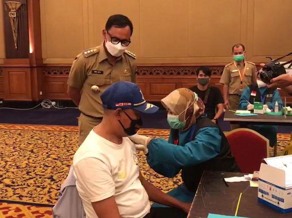 Bima Arya Beri Jatah Vaksinnya untuk Mahfud Pengatur Lalin Nyentrik