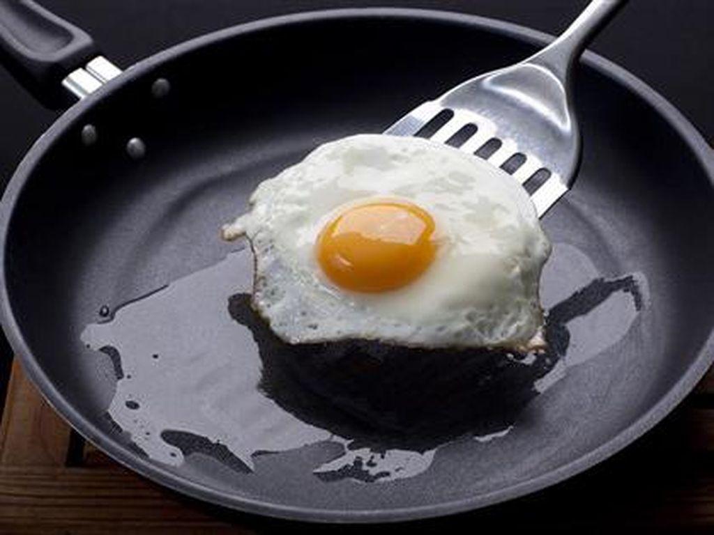 Cara Menggoreng Telur Mata Sapi Tanpa Minyak, Cukup Pakai Air!