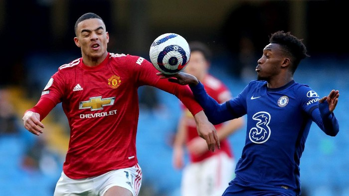 LONDON, ENGLAND - FEBRUARY 28: The ball hits the hand of Callum Hudson-Odoi of Chelsea as he is is challenged by Mason Greenwood of Manchester United which was reviewed by VAR during the Premier League match between Chelsea and Manchester United at Stamford Bridge on February 28, 2021 in London, England. Sporting stadiums around the UK remain under strict restrictions due to the Coronavirus Pandemic as Government social distancing laws prohibit fans inside venues resulting in games being played behind closed doors. (Photo by Clive Rose/Getty Images)