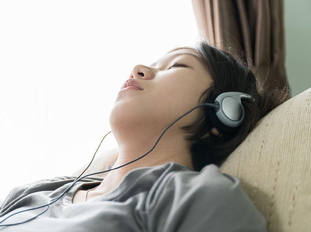 Awas! Dokter Ingatkan Bahaya Tidur Pakai Earphone