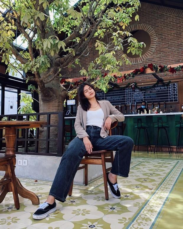 Hana Saraswati memasang gaya swag di atas kursi/instagram.com/hanahaho