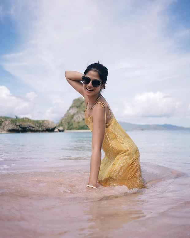 Hana Saraswati sedang liburan di pantai/instagram.com/hanahaho