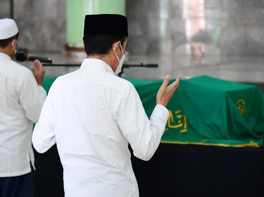 Momen Jokowi Salati Jenazah Almarhum Artidjo Alkostar