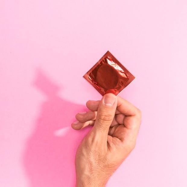 Sebagian besar ejakulasi dini mungkin disebabkan oleh hipersensitivitas. Itulah sebabnya penggunaan kondom adalah solusi sederhana yang dapat membuat seks bertahan lebih lama.