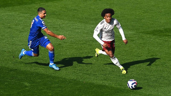 LEICESTER, ENGLAND - FEBRUARY 28: Willian of Arsenal runs with the ball past Youri Tielemans of Leicester City during the Premier League match between Leicester City and Arsenal at The King Power Stadium on February 28, 2021 in Leicester, England. Sporting stadiums around the UK remain under strict restrictions due to the Coronavirus Pandemic as Government social distancing laws prohibit fans inside venues resulting in games being played behind closed doors. (Photo by Michael Regan/Getty Images)