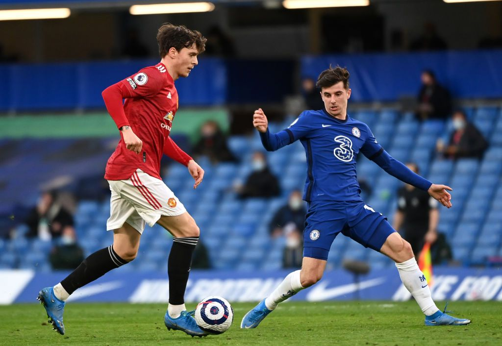 LONDON, ENGLAND - FEBRUARY 28: Victor Lindelof of Manchester United battles for possession with Mason Mount of Chelsea during the Premier League match between Chelsea and Manchester United at Stamford Bridge on February 28, 2021 in London, England. Sporting stadiums around the UK remain under strict restrictions due to the Coronavirus Pandemic as Government social distancing laws prohibit fans inside venues resulting in games being played behind closed doors. (Photo by Andy Rain - Pool/Getty Images)
