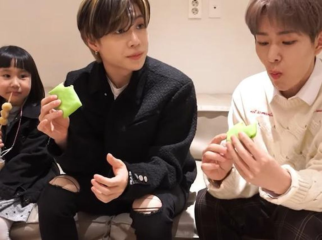 Onew dan Taemin SHINee Cicip Cilok dan Pancake Durian, Gimana Reaksinya?